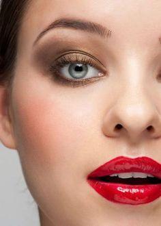 Свадебный макияж с красными губами, макияж с золотистыми тенями: темный цвет волос и светлые серо-голубые глаза