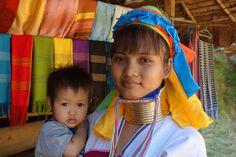 Femme girafe dans le nord de la Thailande.