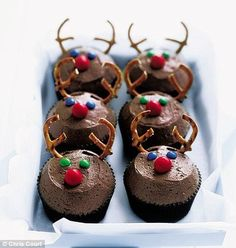 christmas cupcakes reindeer cupcakes- great for Christmas Eve decorating Christmas Deserts, Christmas Party Food, Xmas Food, Christmas Cooking, Christmas Goodies, Christmas Eve, Christmas Baking For Kids, Christmas Manger, London Christmas