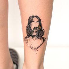 Tatuagem criada por Rob Carvalho de São Paulo. Mulher em preto e cinza segurando flor colorida com a boca.