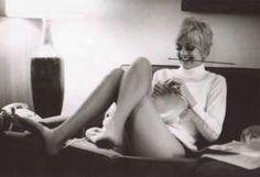 Goldie Hawn knitting