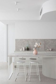 Cocina con isla en blanco y gris. Mucho mármol. #cocinas #kitchendesign
