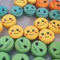 Macarons PokémonDe simples stylos alimentaires noir et blanc, un bon coup de crayon, et des coques de macarons colorés, cela suffit pour créer des macarons Pokémon à tomber.