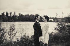 Oulujoki, hääpotretti. Wedding portrait by the river.
