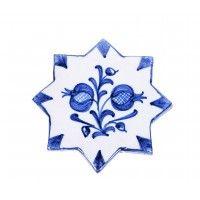 Este precioso azulejo pintado a mano puede hacer las veces de salvamanteles dando un toque especial a tu mesa. Azulejo pintado a mano forma de estrella de ocho puntas con granadas. Granada, España.