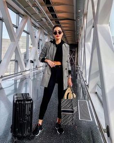 I Travel Around 20 Times a Year: These Are the Best and Worst Things to Packvia Who What Wear You are in the right place about Airport Outfit hat Here we offer you the most beautiful pictures about th Look Fashion, Girl Fashion, Womens Fashion, Fashion Trends, Travel Fashion, Feminine Fashion, Runway Fashion, Sporty Fashion, Monochrome Fashion