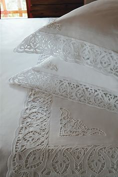 Archivio album Cutwork Embroidery, White Embroidery, Embroidery Patterns, Machine Embroidery, Antique Lace, Vintage Lace, Linen Fabric, Linen Bedding, White Coverlet