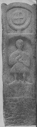 Estela funerária Galaica do período da ocupação romana com símbolo solar (cruz celta) sobre a representação de um nobre local vestido com saia. Museu Quiñones de Vigo