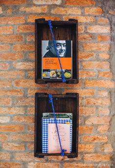 Caixote de madeira com corda servem como prateleiras para expor livros de receita. Kitchen Organisation, Organization, Neutral Kitchen, Exposed Brick Walls, Ideias Diy, Antique Decor, Landline Phone, Kitchen Decor, New Homes