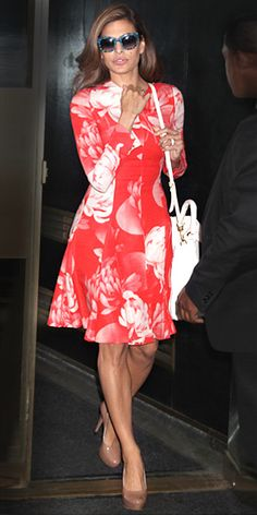 #EvaMendes in #JonathanSaunders http://www.instyle.com/instyle/celebrities/lotdpopup/0,,20594942_21158586,00.html?count=3