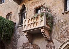 The winners of this Airbnb contest will get to spend the night in Juliet's balcony bedroom in Verona this Valentine's Day. Romantic Homes, Most Romantic, William Shakespeare, History Of Literature, Location Airbnb, Letters To Juliet, Week End En Amoureux, Romeo Und Julia, Romeo Y Julieta