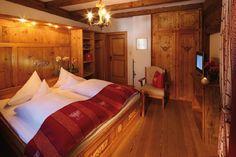 Zimmer Tirol im romantischen, rustikalen Stil Bed, Furniture, Home Decor, Rustic Style, Homes, Decoration Home, Stream Bed, Room Decor, Home Furnishings