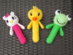 ideas for crochet baby rattles Crochet Baby Toys, Crochet Animals, Crochet Dolls, Crochet Cross, Love Crochet, Baby Set, Baby Patterns, Crochet Patterns, Hello Kitty Crochet