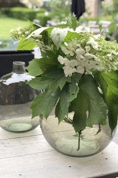 Pour une déco vintage très actuelle, le vase dame-jeanne ALRIC s'impose comme le vase idéal. Réalisé en verre recyclé, fabriqué en Espagne de façon artisanale, ce vase vert olive donne une touche nature très tendance à votre intérieur.  #decoration #vase Vase Vert, Vert Olive, Jeanne, Wild Nature, Style Vintage, Comme, Glass Vase, Decoration, Home Decor