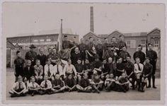 Op achtergrond Tricotagefabriek Charma aan Zuid-Oosterstraat in Tilburg. Foto Regionaal Archief Tilburg History, Concert, Pictures, Photos, Historia, Concerts, Grimm