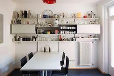 Unser integrierter Tisch (160 cm lang) wird hier zum Esstisch. Tablare und Kästen bieten Platz für Schüsseln, Küchengeräte und Salz und Pfeffer. Eine einfache und erstaunlich erschwingliche Küche.