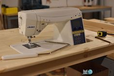 Cómo hacer una mesa para la máquina de coser   Momita's blog Sewing Studio, Sewing Machines, Couture, Blog, Things To Make, Crafts With Pallets, Kids Clothes Patterns, Sewing Diy, Olive Tree