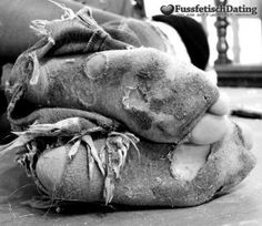 Schmutzige Socken die vor Dreck nur so starren. Für ein Taschengeld darfst Du deine Zunge durch die Löcher in meinen Socken stecken und meine Füße lecken