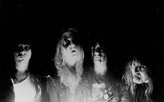 Dokument o jednom z nejkontroverznějších hudebních proudů - o norském blackmetalu. Film pomocí interview s nejvýznamnějšími osobnostmi scény rozebírá a mapuje samotný vznik, životní názory a postoje, nechvalně proslulé události devadesátých let …