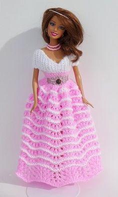 Puppenkleid stricken // Ballkleid für Puppen Crochet Barbie Patterns, Crochet Doll Dress, Barbie Clothes Patterns, Crochet Barbie Clothes, Sewing Doll Clothes, Clothes Crafts, Clothing Patterns, American Girl Diy, Barbie Gowns