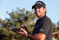 男子ゴルフ米国ツアー、ファーマーズ・インシュアランス・オープン最終日。トロフィーを手にするジェイソン・デイ(2015年2月8日撮影)。(c)AFP=時事/AFPBB News
