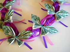 Once Upon A Pink Moon: Tutorial - How to make a candy lei with dollar bill butterflies Graduation lei Money Lei, Money Origami, Gift Money, Money Gifting, Dollar Origami, Dollar Lei, Cash Gifts, Money Cake, Diy Origami