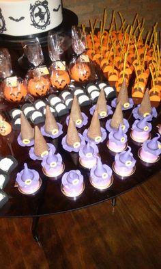 Halloween - mesa de doces: cilindros recheados, cones recheados