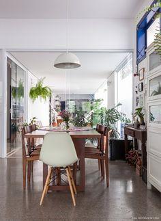 Uma casa onde a arquitetura busca ampliar os ambientes e promover mais entrada de luz natural, além da decoração acolhedora.