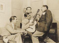 Na casa de Leônidas Autuori, Dorival Caymmi canta com Fernando Lobo (no violão), Fred Chateaubriand (sentado) e o anfitrião ao fundo.