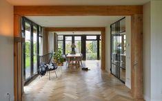 De houten vloer is mogelijk gemaakt door Europa Parket.