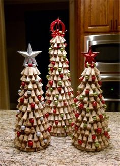 Easy Upcycle Wine Cork Ideas Crafts For Kids Weinkorken Kunsthandwerk; Easy Upcycle Wine Cork Ideas Crafts For Kids Wine Cork Crafts; Easy Wine Cork Ideas handicrafts for children ideas For Kids Wine Cork Wreath, Wine Cork Ornaments, Wine Cork Art, Ornaments Ideas, Christmas Crafts For Kids, Diy Christmas Gifts, Holiday Crafts, Wine Cork Christmas Trees, Christmas Ornaments