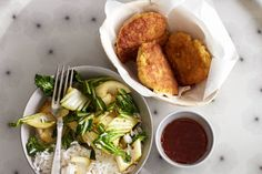 Kijk wat een lekker recept ik heb gevonden op Allerhande! Viskoekjes met rijst, paksoi en chilisaus