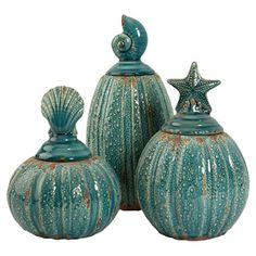 Set of three ribbed ceramic jars with seashell-style toppers. Product: Small, medium and large jarConstruction Materi...