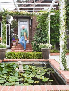 small planter and neatly trimmed hedge to keep the backyard open visually. Small Fountains, Garden Fountains, Garden Pond, Small Pergola, Backyard Pergola, Patio Roof, Pergola Plans, Pergola Ideas, Small Space Gardening