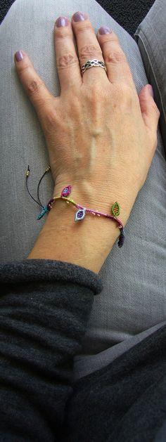 Ein bunt geknüpftes **Armband** mit eingearbeiteten Mini-Blättchen und Rocailles. Es ist größenverstellbar und lässt sich individuell anpassen. Hergestellt aus S-LON Beadcord.