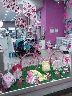 Vidriera displays, booths, carts, etc i 2019 spring windo Spring Window Display, Store Window Displays, Baby Store Display, Boutique Decor, Merchandising Displays, Kids Store, Stores, Store Design, Decoration