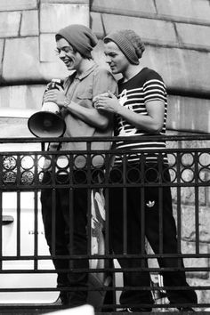 Larry Stylinson, Old Married Couple, Larry Shippers, Mutual Respect, Singing Happy Birthday, Best Friendship, Louis And Harry, Harry 1d, Boyfriends