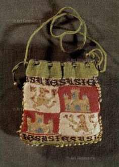 "century knit money bag, identified as ""mudéjar,"" belonging to a Muslim subject during the reconquest of the Iberian peninsula from the Moors who, until was allowed to retain Islamic laws and religion in return for loyalty to a Christian monarch. Medieval World, Medieval Art, Textiles, Knitted Bags, Knit Bag, Medieval Embroidery, Sweet Bags, Medieval Costume, Medieval Clothing"