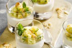 Panna cotta kan je ook van kokosmelk hebben, dan heb je een origineel Aziatisch dessertje. De ananassalade past er perfect bij!