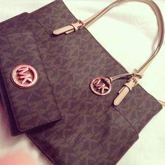 I love this Michael Kors bag! , , michael kors handbags on sale Cheap Handbags, Purses And Handbags, Mk Handbags, Designer Handbags, Designer Purses, Burberry Handbags, Style Outfits, Pretty Outfits, Woman Outfits