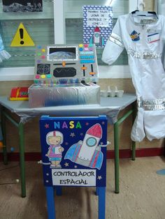 Plastificando ilusiones: Nuestro rincón del espacio Space Crafts For Kids, Space Preschool, Sistema Solar, Nasa, Science Fair, Science For Kids, Space Classroom, Solar System Projects, Outer Space Theme