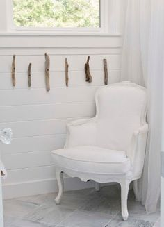 Simple driftwood ideas for the home: http://www.completely-coastal.com/2009/11/i-adore-driftwood-decor.html
