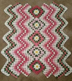 Drop in the Pond Pink Crochet Blocks, Crochet Squares, Crochet Blanket Patterns, Baby Blanket Crochet, Crochet Baby, Diy Crochet Hat, Crochet Slippers, Granny Square Afghan, Manta Crochet