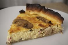 Quiche de bacon y champiñones, una tarta salada típica de la cocina francesa, solo tenemos que añadir los ingredientes que más nos gusten.