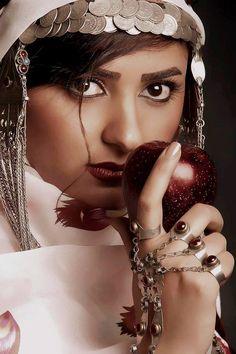 Iranian Kormanji traditional singer Ms. Yalda Abasi. Iranian Kormanji Traditional dress