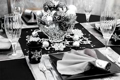 Delicieux Black And Silver Wedding Table Setting With Snowflakes And Bling!!! Love