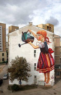 Arte callejero en una calle de Polonia. Mural por Natalii Rak.