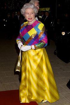 La reina Isabel II de Inglaterra con un vestido super cool!