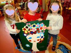 Η ημέρα μας ξεκίνησε σήμερα με πολλά όμορφα λουλούδια που έφεραν τα παιδιά από το σπίτι τους .  Σήμερα μιλήσαμε για την Πρωτομαγιά . Εξη...