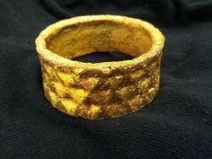 Bracele revestido com folha de ouro